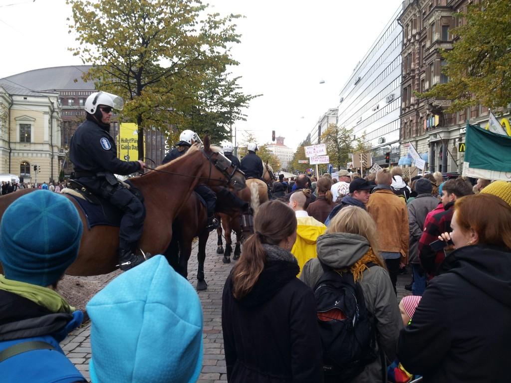 Poliisit olivat liikkeellä ratsuineen ja mellakkavarusteineen