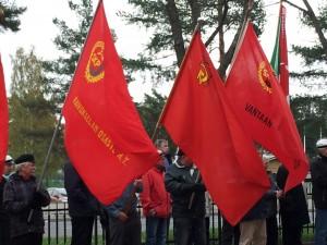 SKP:n liput lippurivistössä vappuaamuna Hiekkahajussa, luokkasodan muistomerkillä.