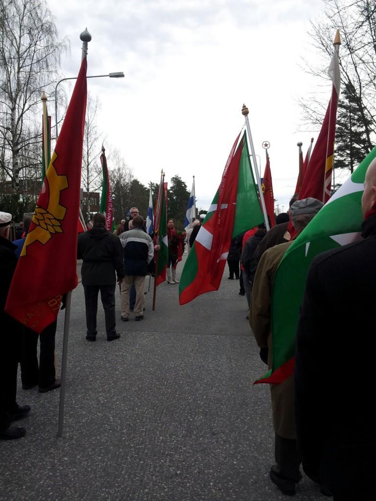 Kokoontuminen vappuaamuna Hiekkaharjussa punaisten muistomerkillä.