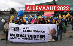 Kuva Ei leikkirahaa -mielenosoituksesta ja sen yläosassa lisätty 'Aluevaalit 2022' -teksti punaisella pohjalla.